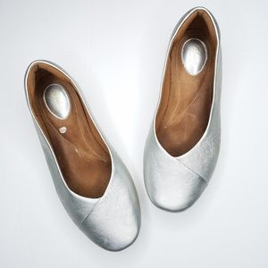 Clarks metallic silver leather ballet flats
